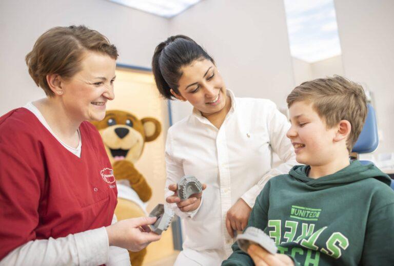 Brackets als Zahnspange sind eine beliebte Lösung bei der Zahnkorrektur von Kindern.