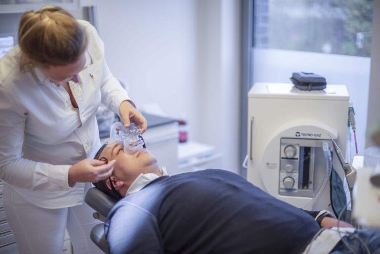 Patient bekommt Lachgas vor Behandlung von Dr. Christiane Ikenmeyer