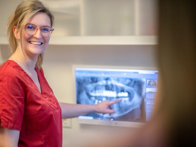 In der Zahnarztpraxis Dr. Schlotmann in Dorsten erhalten Sie eine persönliche Beratung vor Ihrer Weisheitszahn-OP