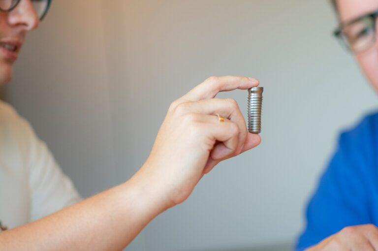 Modell eines Zahnimplantats Alt-Tag: Wir erklären Ihnen vor der Behandlung gerne, wie das Einsetzen des Zahnimplantats abläuft.