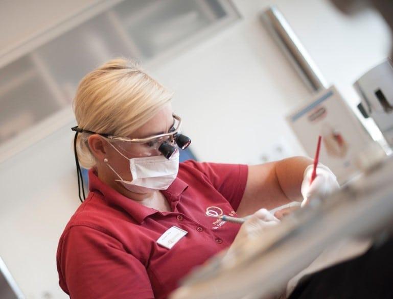 Eine rechtzeitige Überprüfung auf Parodontose ist entscheidend für den Erhalt der Zähne.