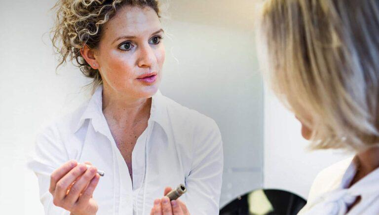 Oralchirurgin Carolin Stolzer berät Patientin über alle Möglichkeiten der modernen Zahnmedizin