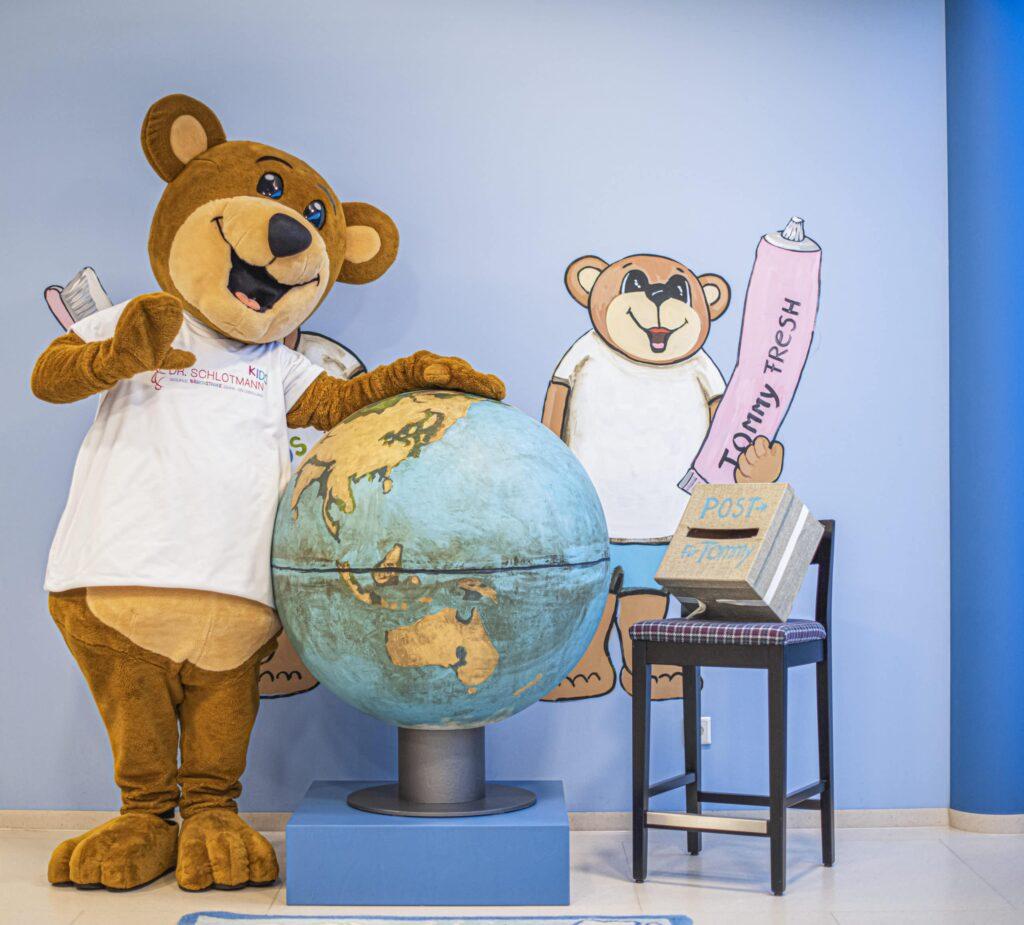 Tommy der Bär nimmt seine kleinen Patienten mit auf eine Abenteuerreise.