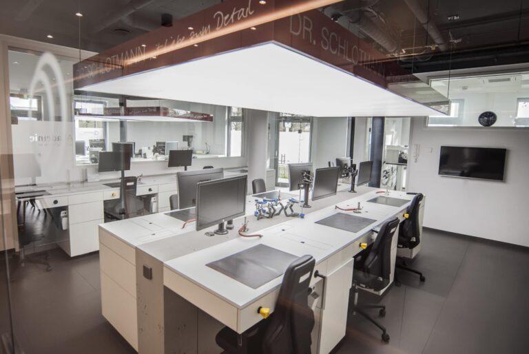 Die Arbeitsplätze im Meisterlabor Dr. Schlotmann, wo hochwertigster Zahnersatz hergestellt wird