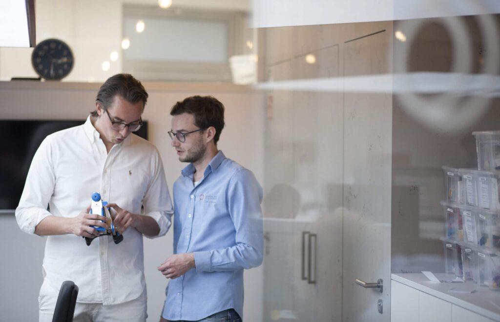 Luca Schlotmann und Laborleiter Lutz Lehmann beraten über Patientenfall