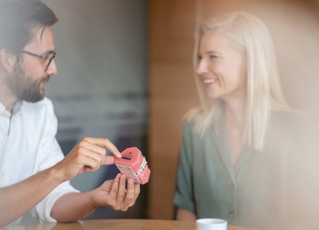 Im Bereich der festen Zahnspangen gibt es eine große Auswahl an Möglichkeiten.