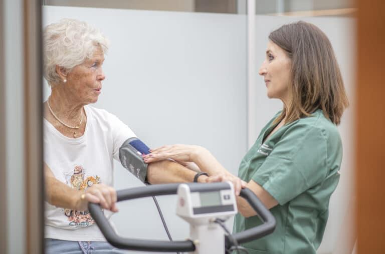 Durchführung eines Belastungs-EKG an einer Patientin