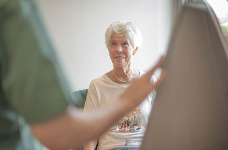 Patientin empfängt Mitarbeiterin unserer Klinik
