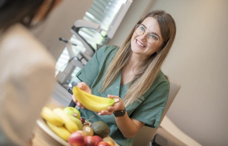 Glückliche Mitarbeiterin während einer Ernährungsberatung